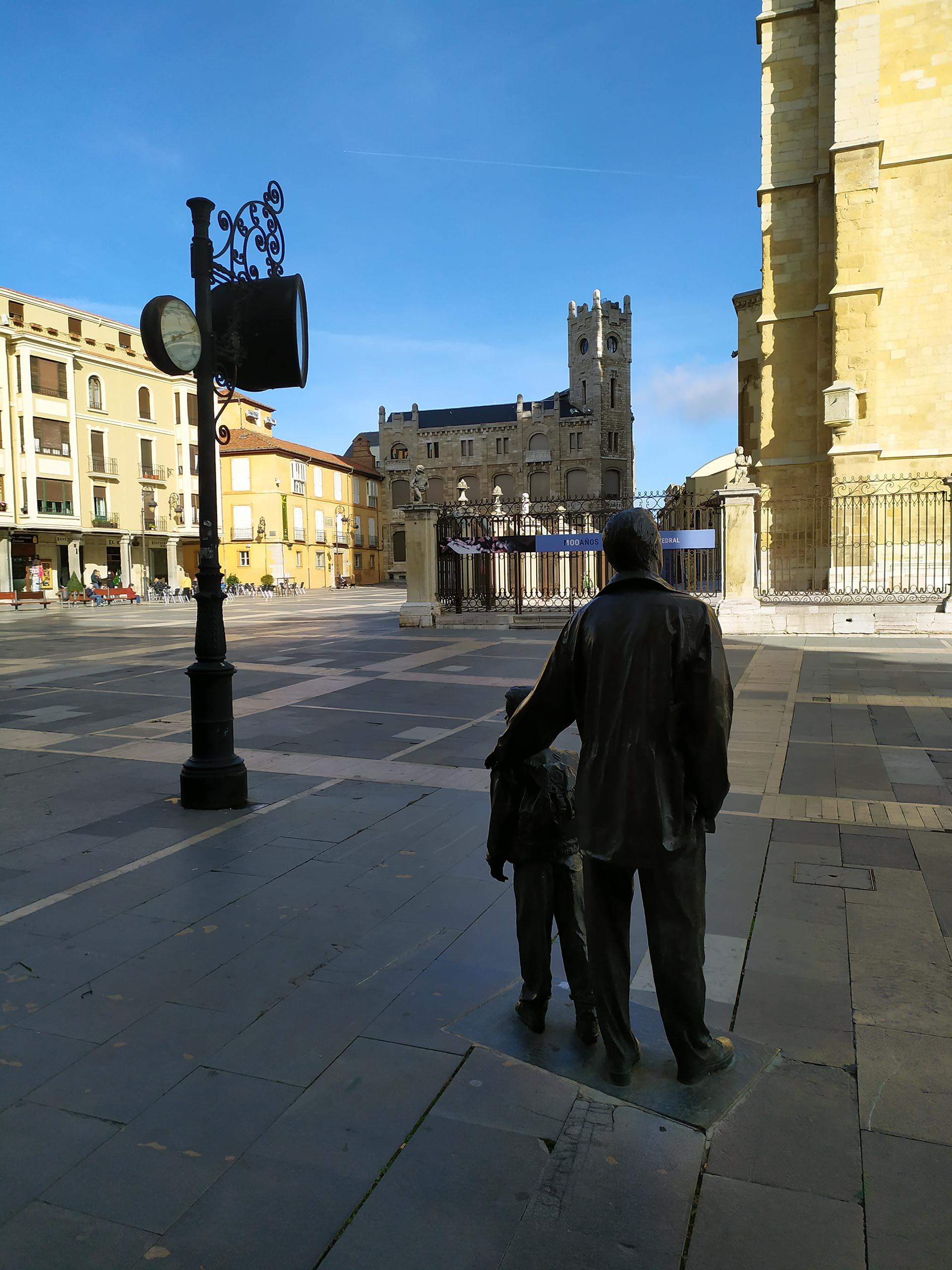Escultura padre e hijo